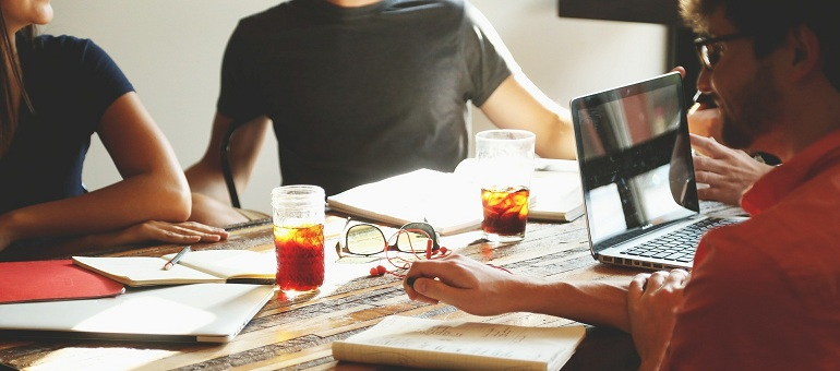 How to Work with Creatives and Freelancers [6 Easy Steps]